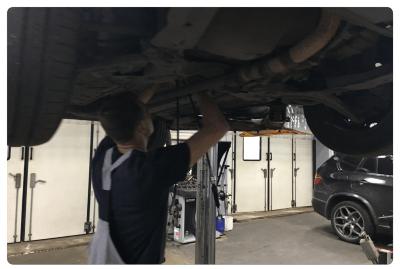 На фото отображен процесс диагностики подвески автомобиля