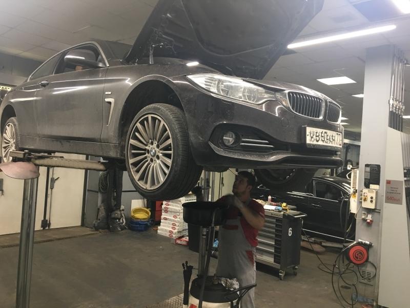 Замена масла в двигателе БМВ в ремонтной зоне автосервиса