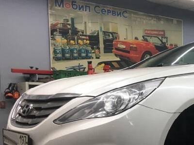 Замена масла в двигателе Hyundai в ремонтной зоне СТО